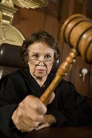 mandato judicial: El juez con martillo en la corte LANG_EVOIMAGES