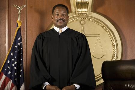 法廷に立っている中年の裁判官 写真素材