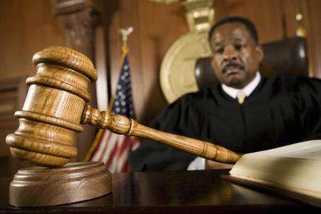 裁判官の前で横になっている小槌 写真素材
