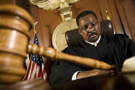 Mittleren Alters Richter Hammer vor ihm