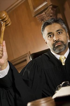 oracion: De mediana edad el juez condena de formaci�n