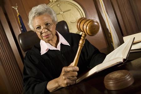 order in the court: Mujer juez la celebraci�n de un martillo en la corte