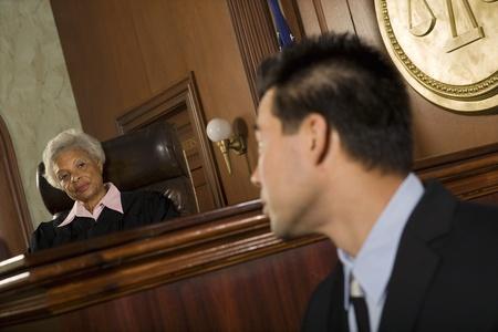Témoin devant le juge au tribunal Banque d'images