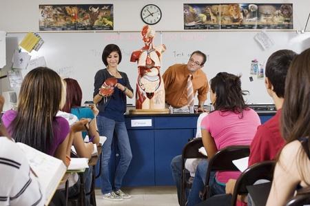 estudiantes de secundaria: Estudiante Dar Presentación en clase de ciencias LANG_EVOIMAGES
