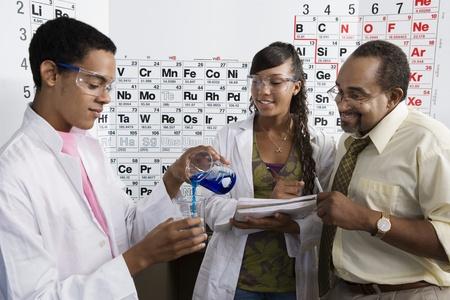 先生と生徒の理科の授業で