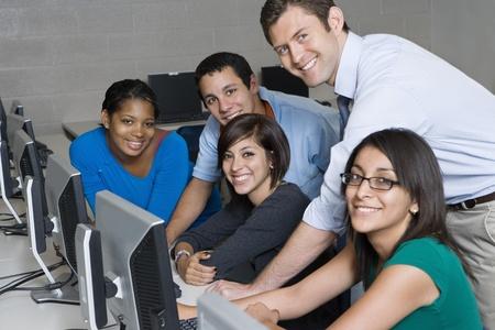 教師と学生のコンピューター室で