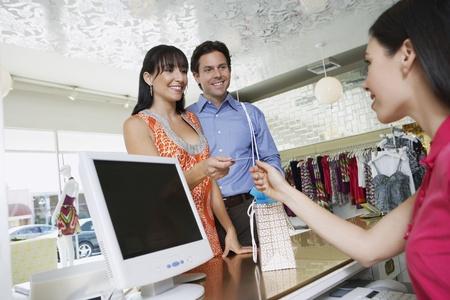 courtoisie: Couple Payer pour des marchandises