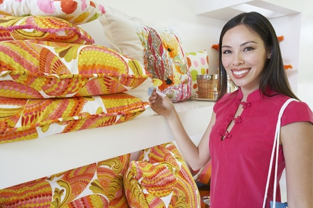 30 to 35 year olds: Woman Shopping LANG_EVOIMAGES