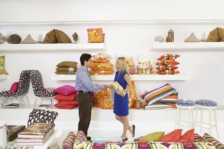 Verkoper in Woninginrichting Store schudden van de klant Hand
