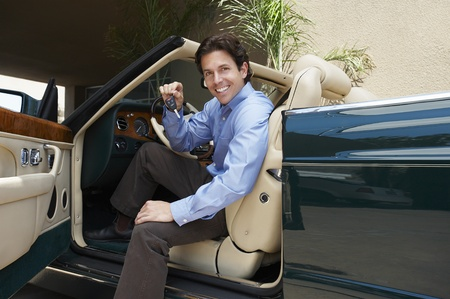 35 to 40 year olds: Man Sitting in a Convertible Holding Car Keys LANG_EVOIMAGES