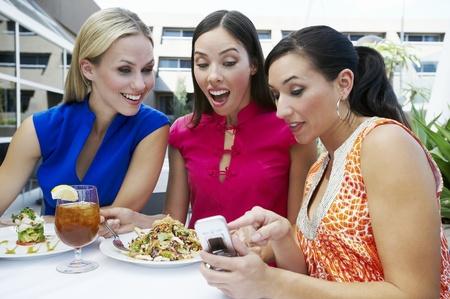 seres vivos: Mujeres que leen un mensaje de texto