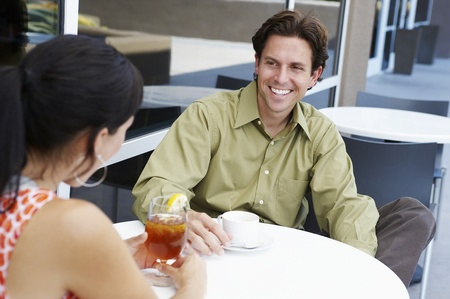 30 to 35 year olds: Couple in a Cafe LANG_EVOIMAGES