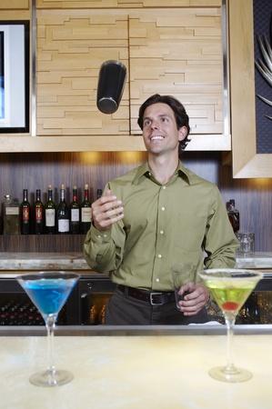 seres vivos: Bartender Lanzamiento de la coctelera en el aire