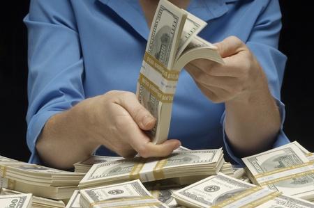profiting: Donna contando i soldi
