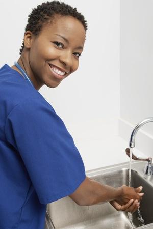lavandose las manos: Enfermera lavarse las manos en la hospitalportrait