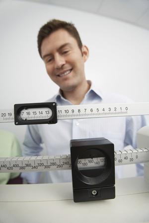 weighing scales: L'uomo in piedi sulla bilancia in ospedale