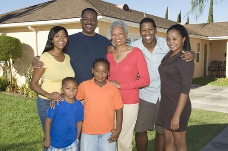 mixed age range: Familia fuera de casa, retrato LANG_EVOIMAGES