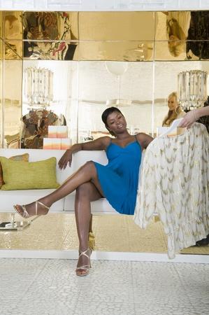 Frau hält Posten von persönlichen Einkaufsberater präsentiert