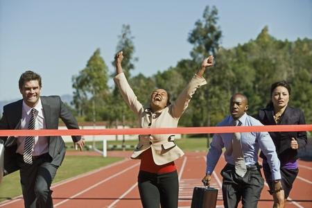 multi race: Gente de negocios que cruzan la L�nea Ganadora LANG_EVOIMAGES