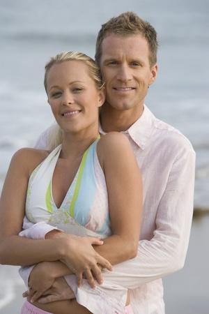 halter neck: Paar omhelzen op het strand