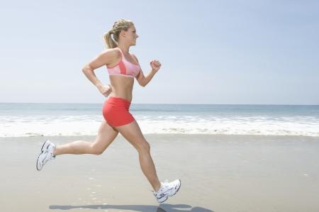 cola mujer: Mujer corriendo por la playa