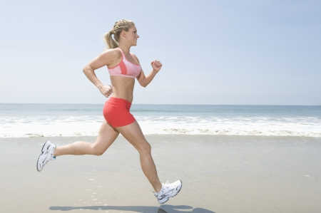 tail woman: Mujer corriendo por la playa