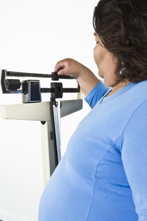 女性の体重計を使用して
