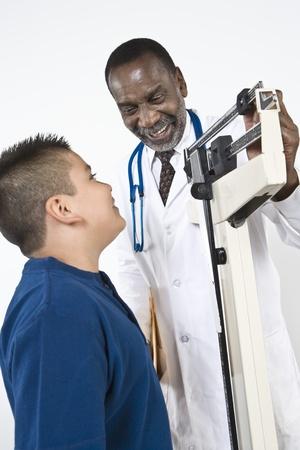プレティーン (10-12) 少年を調べる医師