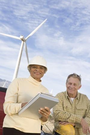 wind farm: Pareja trabajando en el parque e�lico