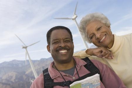 wind farm: Pareja joven con el mapa del parque e�lico