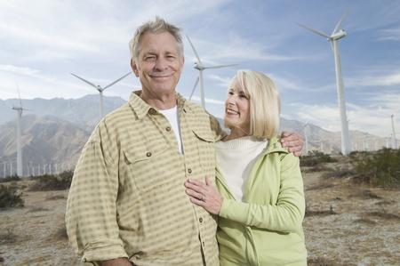 wind farm: Senior pareja cerca del parque e�lico LANG_EVOIMAGES