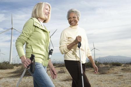 wind farm: Las mujeres senderismo cerca de parque e�lico