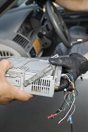 car theft: El robo de la radio del coche LANG_EVOIMAGES