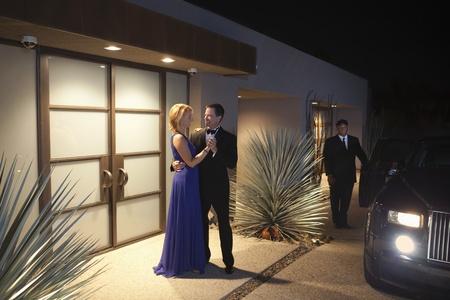 couple lit: Pareja dice adi�s al exterior del edificio iluminado