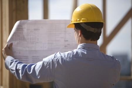 Responsable du site avec les plans de construction
