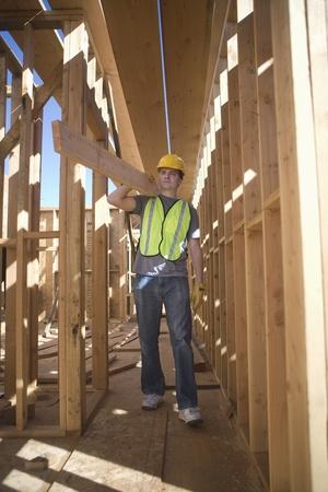obrero: Trabajador llevando tabla de madera LANG_EVOIMAGES