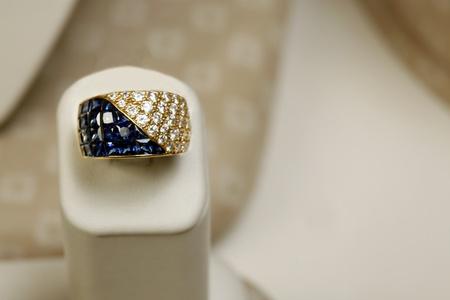 18k yellow gold ring 5,25 carats of princess cut saphires and 1,82 carats of diamonds Stock Photo - 12735529