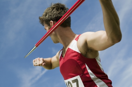 lanzamiento de jabalina: Hombre deportista la celebración de jabalina LANG_EVOIMAGES
