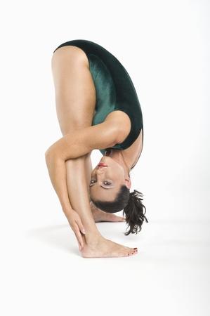 bending down: Retrato de mujer de mediana edad inclin�ndose