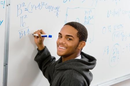 casual hooded top: Hombre ecuaciones estudiante escribiendo en la pizarra (retrato) LANG_EVOIMAGES