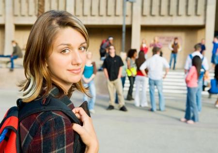 estudiantes de secundaria: Estudiante femenino en el parque (retrato) LANG_EVOIMAGES