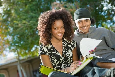 j�venes de secundaria: Amigos que estudian al aire libre (retrato)