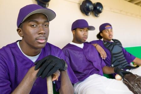 baseball dugout: Jugadores de b�isbol sentado en el dugout (vertical)