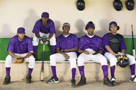 baseball dugout: Equipo de b�isbol que se sienta en banquillo