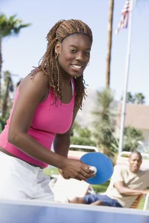 卓球の肖像画を演奏若い女性