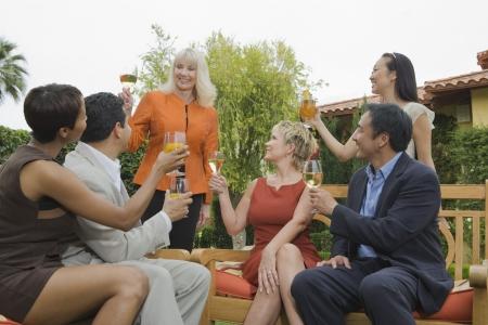 友達乾杯の屋外のグループ