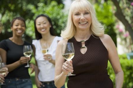 女性お友達とワインを屋外に保持、肖像画 写真素材