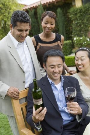友人がワインを屋外で祝って 写真素材 - 18833613