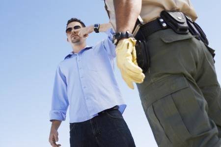 policier: Soup�onnant Cop un Homme de l'alcool au volant