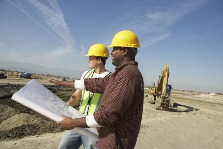 relaciones laborales: Dos trabajadores de la construcci�n en el sitio